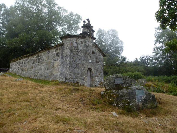 Iglesia de Piornedo, junto al inicio de la senda que asciende al Mustallar.