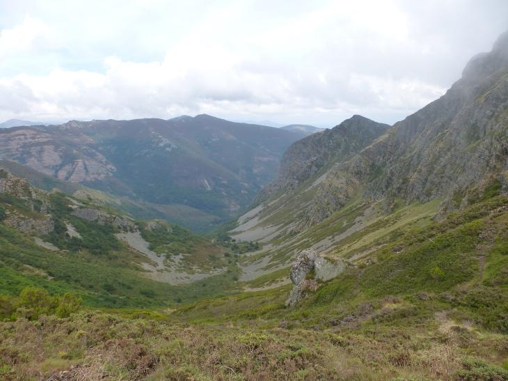 Al llegar al collado que separa Mustallar de Peña Longa y Lugo de León, la niebla se disipa y las vistas se abren hacia ...