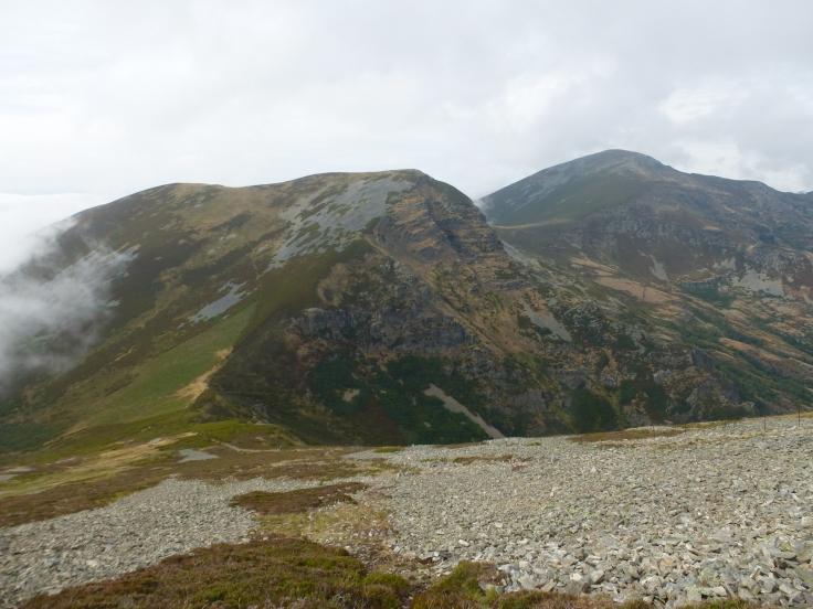 Peña Longa (1881 metros) y Cuiña (1992 metros) en segundo término, desde la pala cimera del Mustallar.