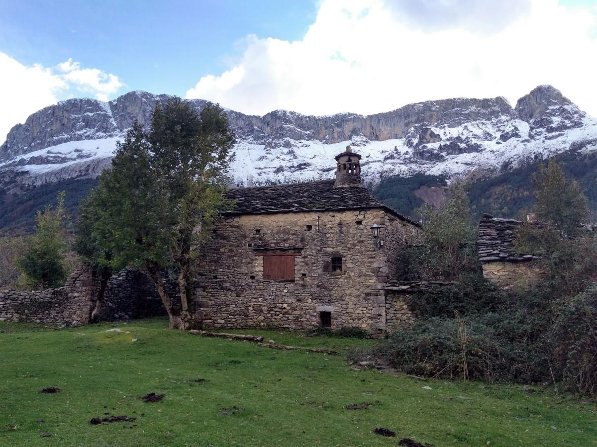 Del Hospital de Tella a Escuaín por el valle del río Yaga.
