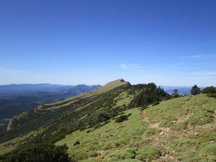 Antes de bajar al collado de las Neveras, ya vemos la cima de Oroel.