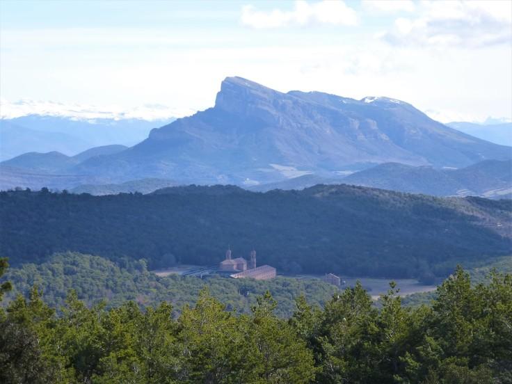 Monasterio Nuevo de San Juan de la Peña y Peña Oroel al fondo.